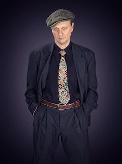 Uomo in giacca e cravatta, cattivo atteggiamento