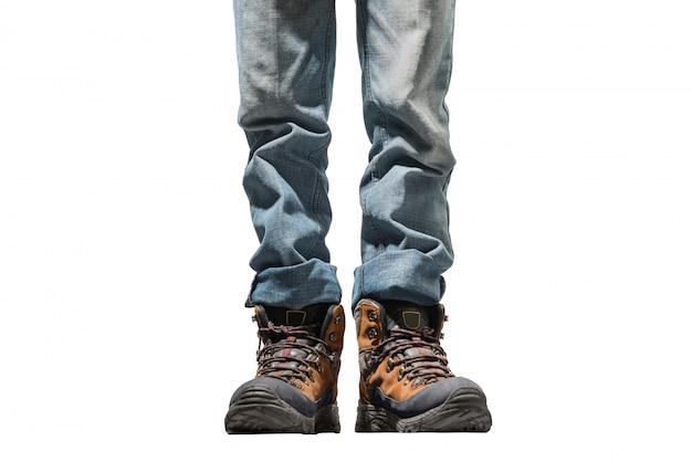 Uomo in jeans che indossa scarponcini da trekking