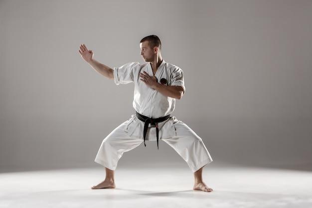Uomo in kimono bianco allenamento karate