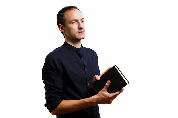 Uomo in libro nero
