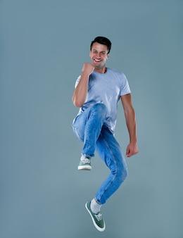 Uomo in maglietta bianca su camera grigia