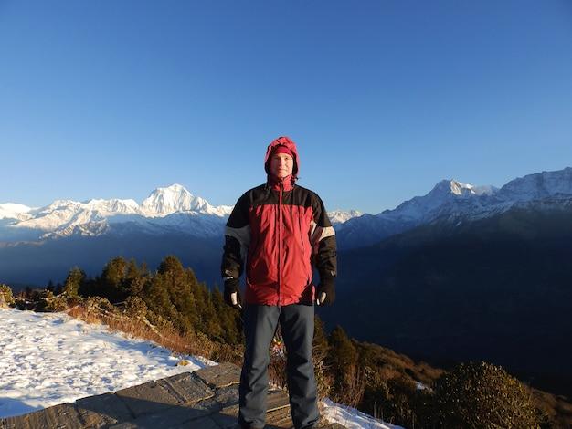 Uomo in montagne dell'himalaya. stile di vita sportivo da viaggio