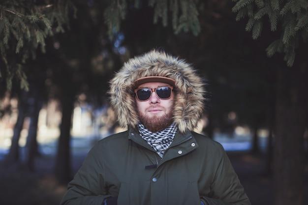 Uomo in occhiali da sole e giacca invernale