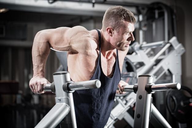 Uomo in palestra a tuffo esercizio