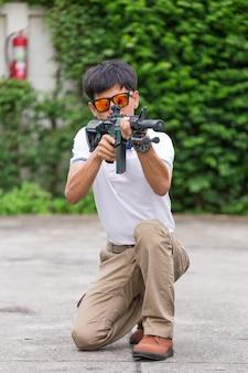 Uomo in pantaloni cargo con pistola
