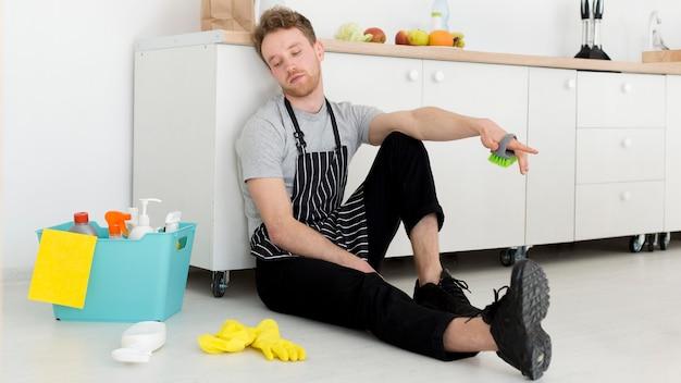 Uomo in pausa dalla pulizia