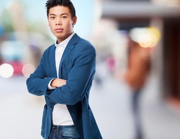 Uomo in piedi cinese