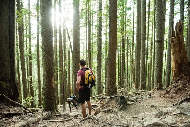 Uomo in piedi nella foresta di campagna