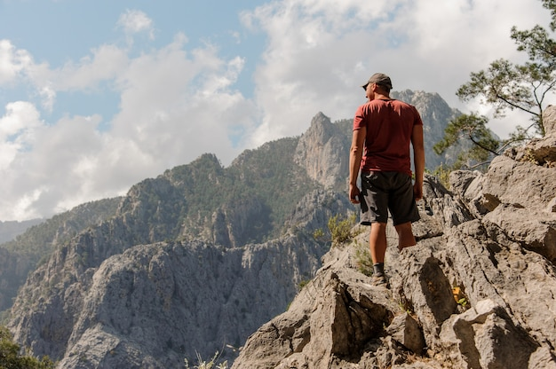 Uomo in piedi sulla cima della montagna