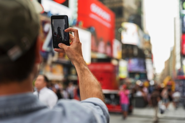 Uomo in procinto di prendere selfie