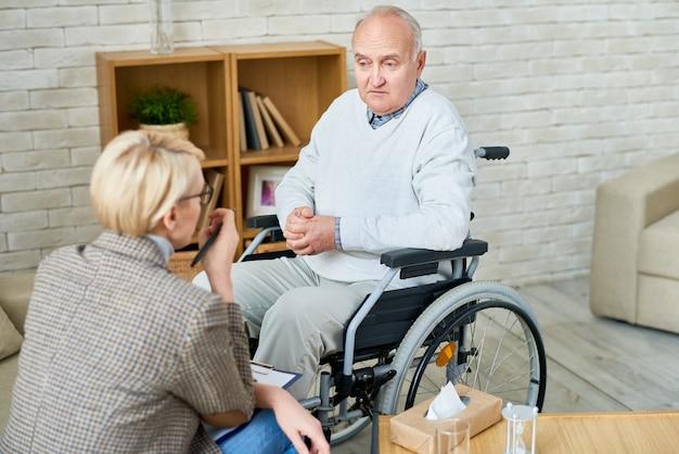 Uomo in sedia a rotelle presso lo psicologo