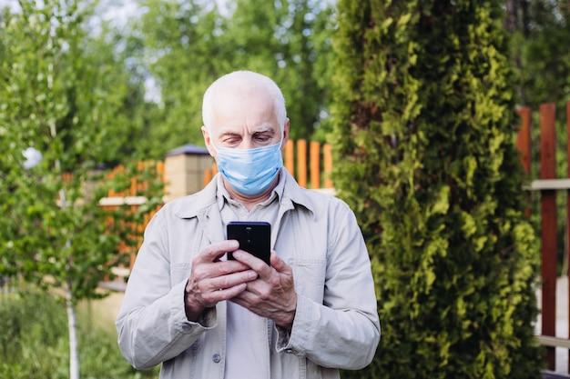Uomo in strada che indossa una maschera protettiva. uomo malato con la maschera da portare di influenza, concetto di influenza epidemica sulla via.