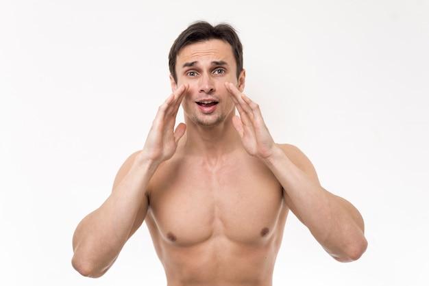 Uomo in topless che grida con sfondo bianco