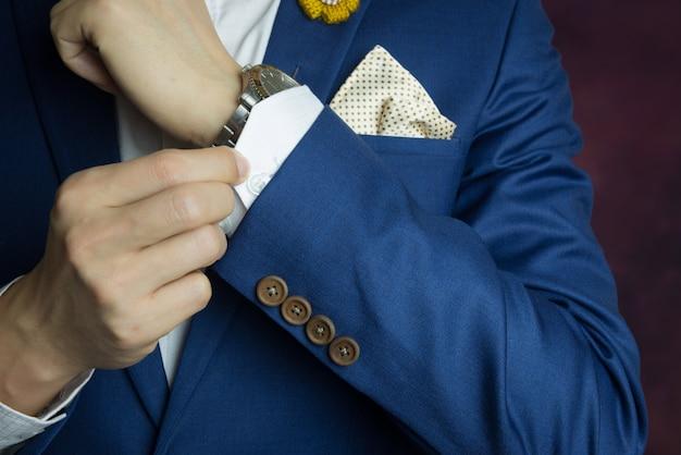 Uomo in tuta blu, facendo il pulsante