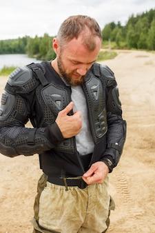 Uomo in tuta da motociclista vestirsi.