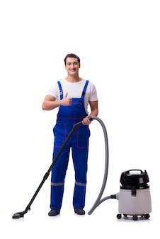 Uomo in tute che fanno pulizia con l'aspirapolvere sul bianco