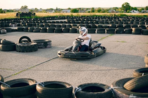 Uomo in un circuito di kart con una macchina