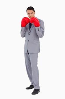 Uomo in un vestito che indossa i guantoni da boxe