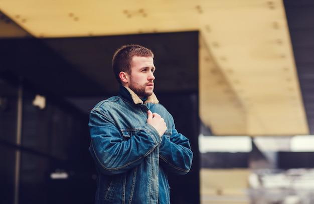 Uomo in una giacca di jeans