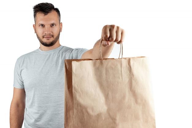 Uomo in una maglietta luminosa che dà un ordine degli alimenti a rapida preparazione isolato su una priorità bassa bianca