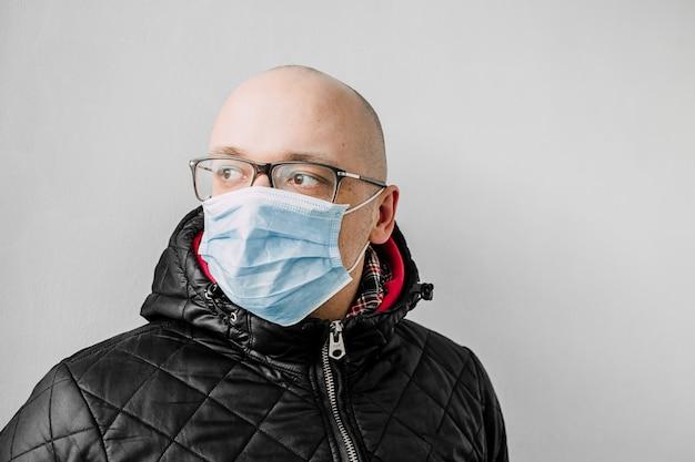 Uomo in una maschera medica.