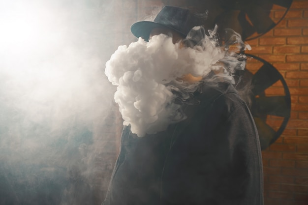 Uomo in una nuvola di vapore bianco