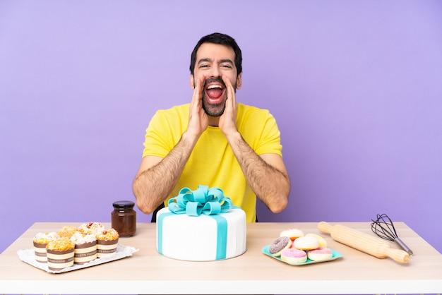Uomo in una tabella con una grande torta che grida e che annuncia qualcosa
