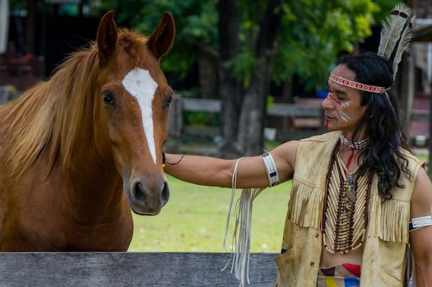 Uomo indiano americano con cavallo