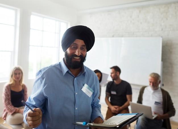 Uomo indiano che si presenta in un gruppo comunitario