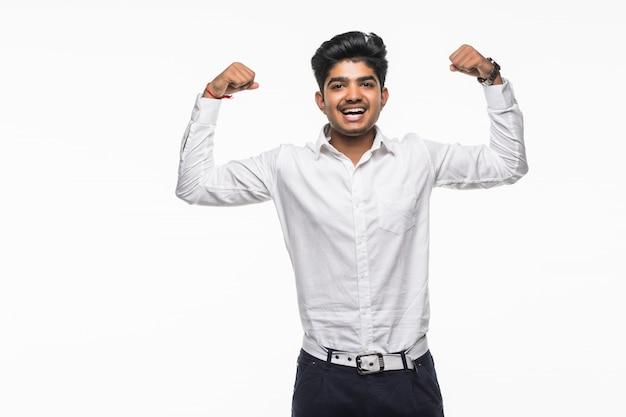 Uomo indiano di affari che flette il suo bicipite. concetto di potere e forza.