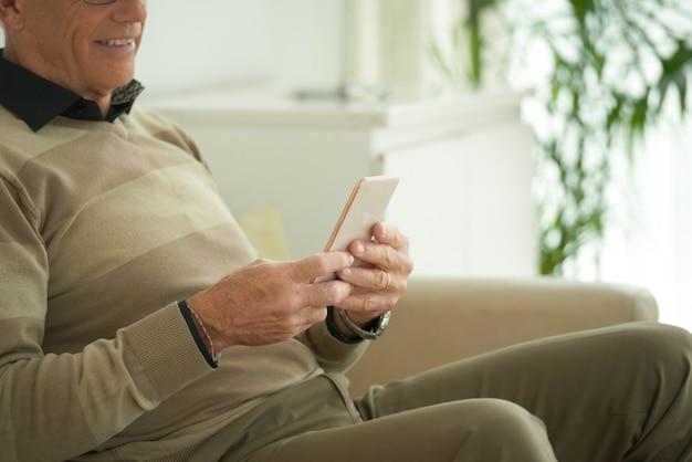 Uomo invecchiato con lo smartphone