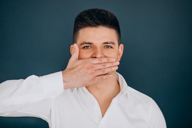Uomo isolato mostrando emozioni facciali
