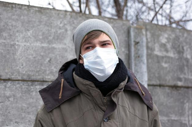 Uomo malato in una mascherina medica. epidemia virale di influenza, coronavirus.