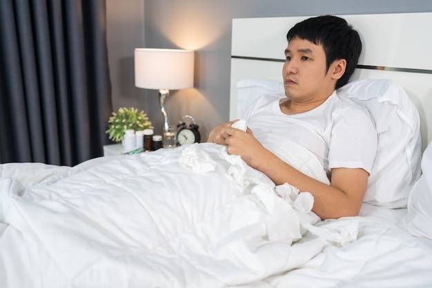 Uomo malato sdraiato nel letto di casa