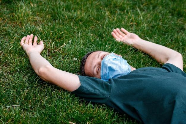 Uomo mascherato all'aperto dopo la quarantena