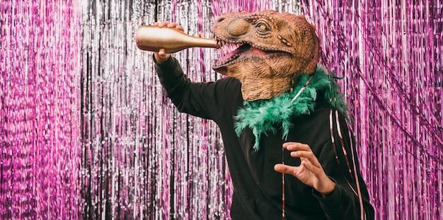 Uomo mascherato che beve champagne alla festa
