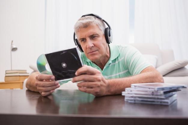 Uomo maturo che ascolta i cd