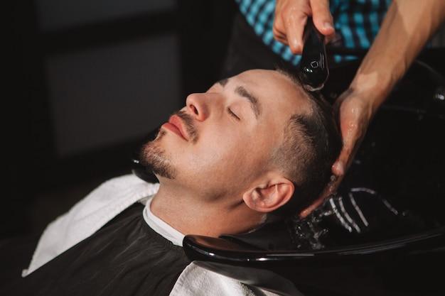 Uomo maturo che ottiene un nuovo taglio di capelli dal barbiere