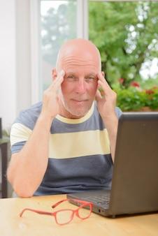 Uomo maturo con mal di testa