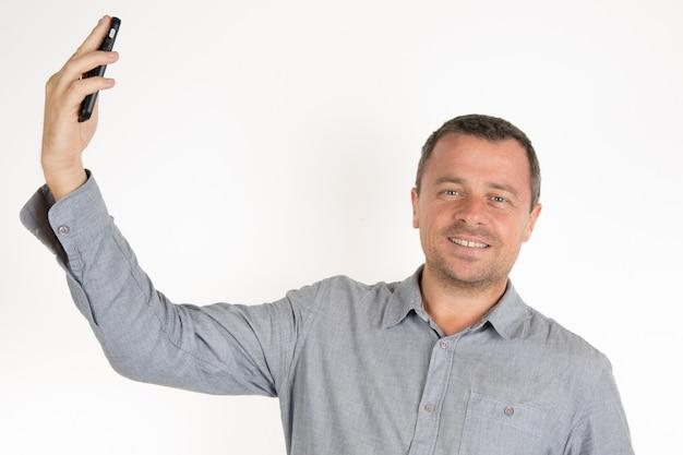 Uomo moderno che fa un autoritratto al telefono
