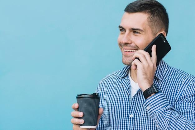 Uomo moderno che fa una telefonata