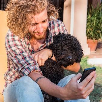 Uomo moderno con cane in giardino