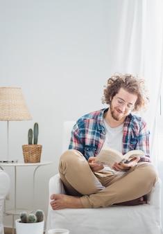Uomo moderno rilassante sul divano