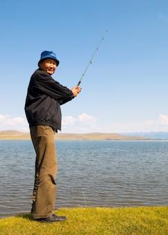 Uomo mongolo con stili di vita tradizionali.