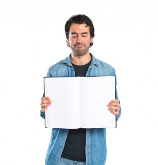 Uomo mostrando libro su sfondo bianco