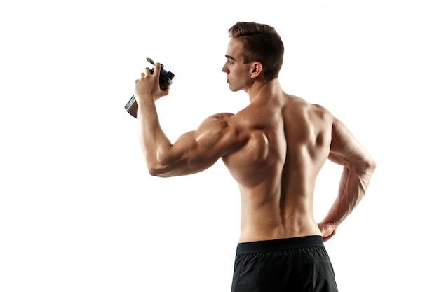 Uomo muscolare con la bevanda della proteina in agitatore sopra fondo bianco