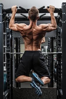 Uomo muscoloso allenando la schiena