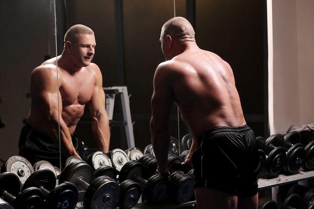 Uomo muscoloso bello in una palestra