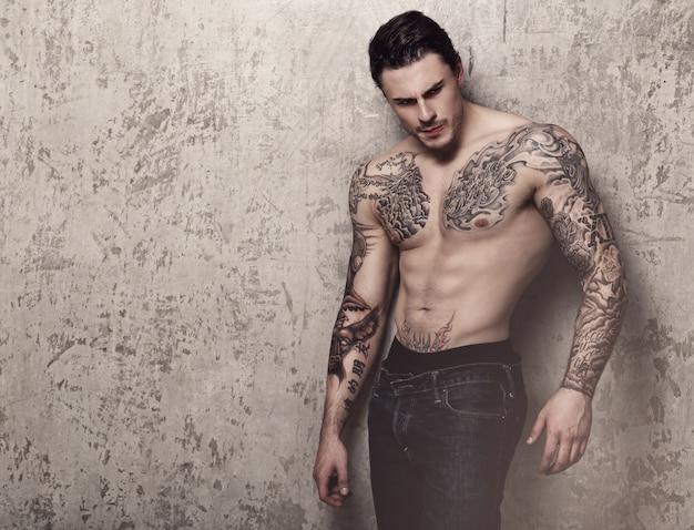 Uomo muscoloso con tatuaggio