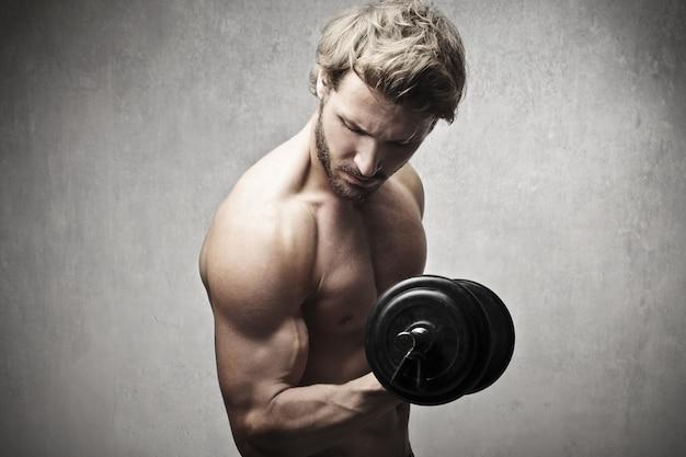 Uomo muscoloso forte